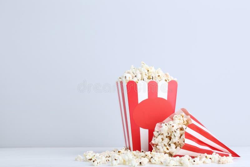 Popcorn στο ριγωτό κάδο στοκ εικόνες με δικαίωμα ελεύθερης χρήσης