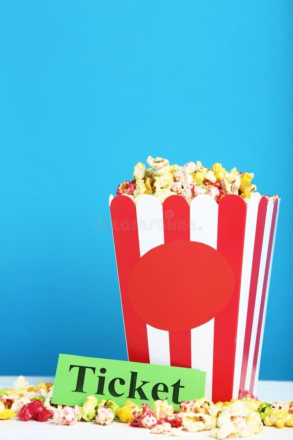 Popcorn στο ριγωτό κάδο στοκ εικόνα