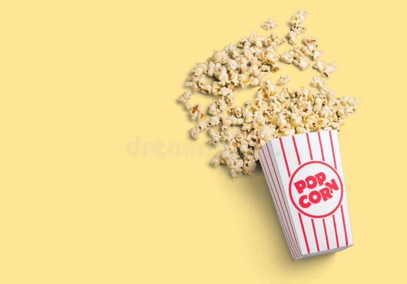 Popcorn τρόφιμα στο κιβώτιο στο ελαφρύ υπόβαθρο στοκ εικόνα με δικαίωμα ελεύθερης χρήσης