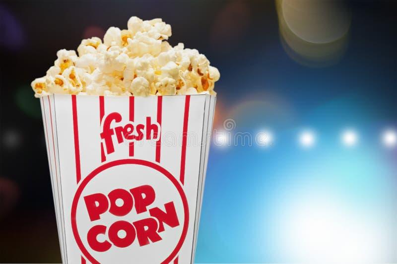 Popcorn τρόφιμα στο κιβώτιο στο σκοτεινό υπόβαθρο στοκ εικόνα με δικαίωμα ελεύθερης χρήσης