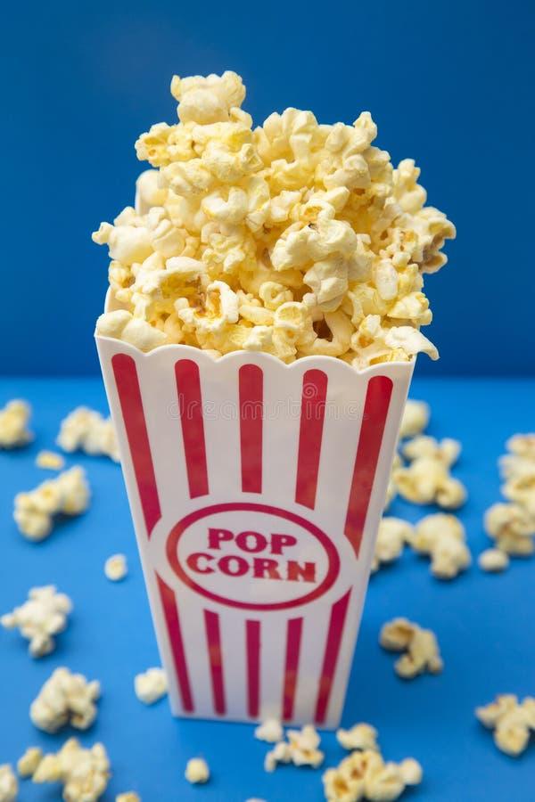 Popcorn bianco e blu rosso fotografia stock