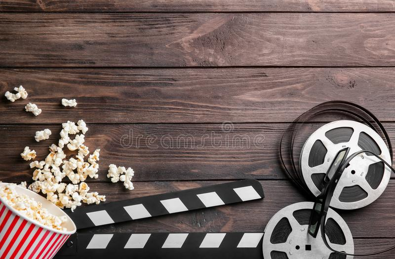 Popcorn, bobina di film ed assicella saporiti immagine stock