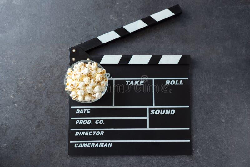 Popcorn con il cinema di ciac o del cineasta immagini stock libere da diritti