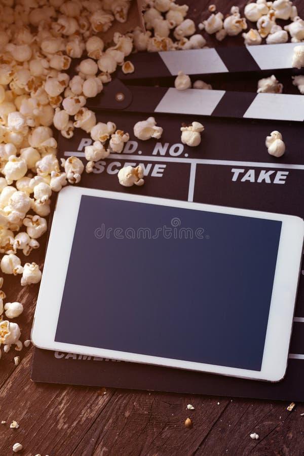 Popcorn con la compressa digitale fotografia stock