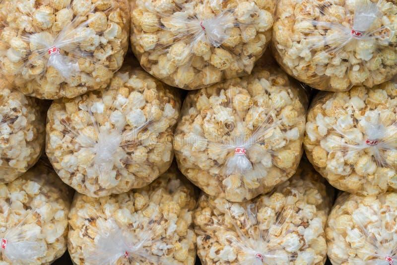 Popcorn confezionato plastica impilato immagine stock