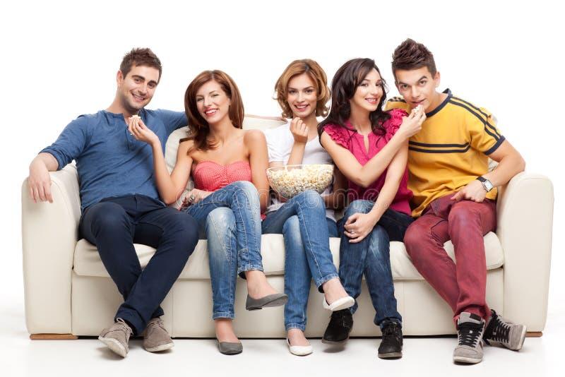 Popcorn, das auf Couch speist stockfoto