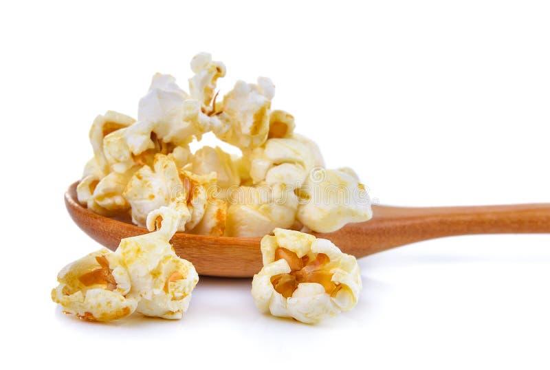 Popcorn in de houten die lepel op witte achtergrond wordt geïsoleerd royalty-vrije stock fotografie