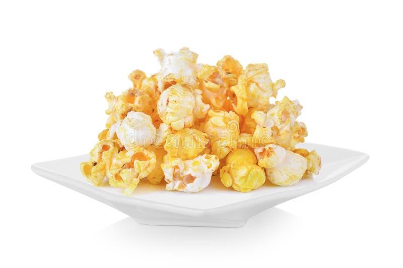 Popcorn in der Platte auf weißem Hintergrund lizenzfreies stockfoto