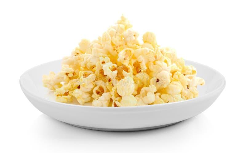 Popcorn in der Platte auf weißem Hintergrund lizenzfreies stockbild