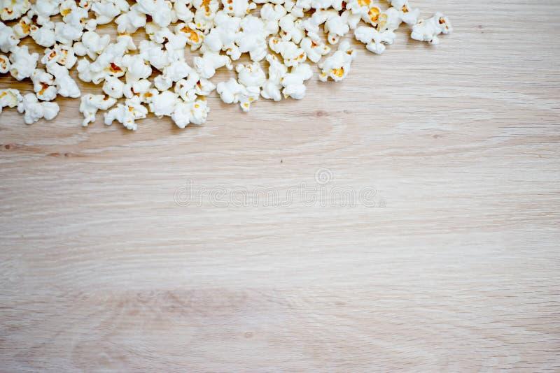 Popcorn die op houten achtergrond wordt geschikt royalty-vrije stock afbeelding