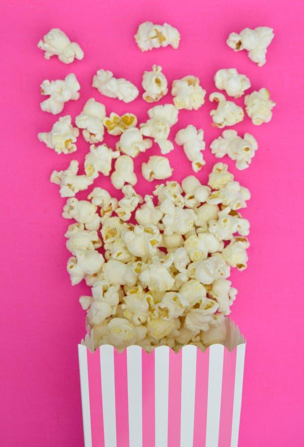 Popcorn die uit Roze Gestreepte Doos exploderen royalty-vrije stock afbeeldingen