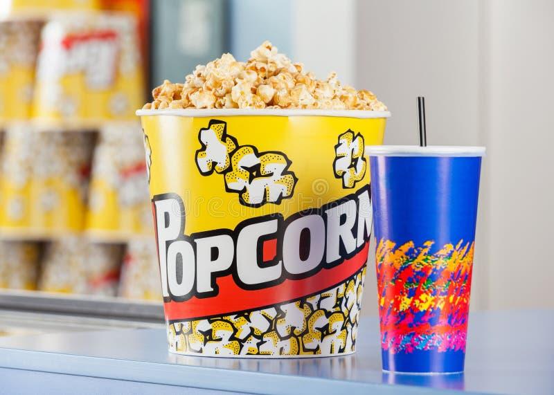 Popcorn e bevanda sul supporto di concessione immagine stock