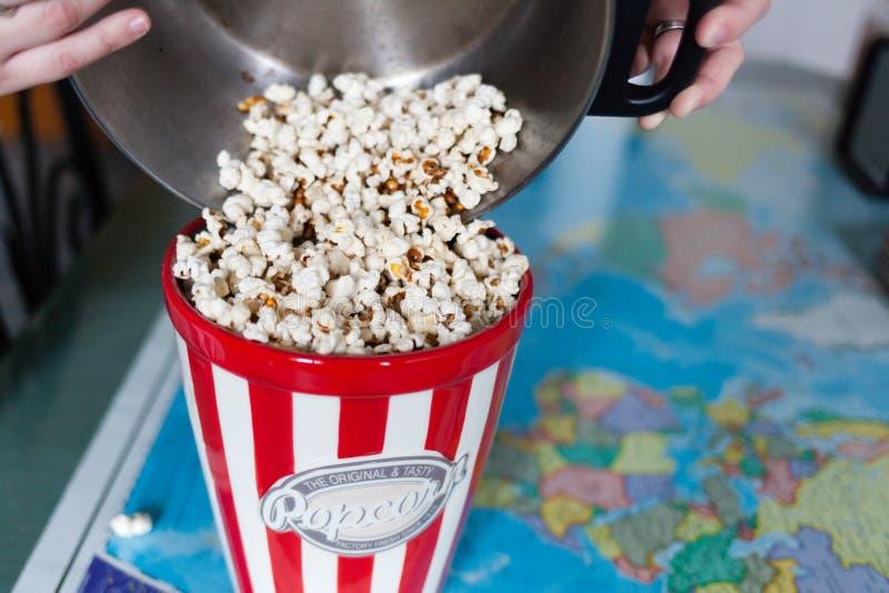 Popcorn e mondo immagini stock libere da diritti
