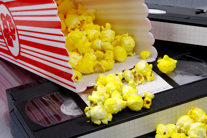 Popcorn e un video fotografia stock
