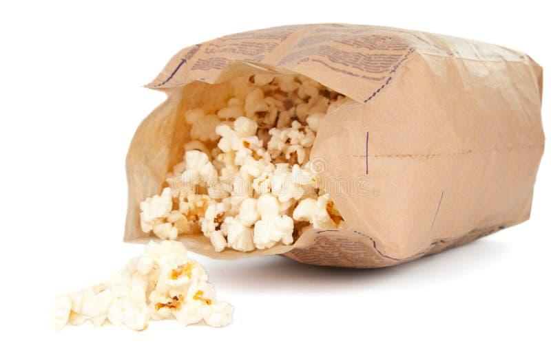 Popcorn in een document zak royalty-vrije stock afbeelding