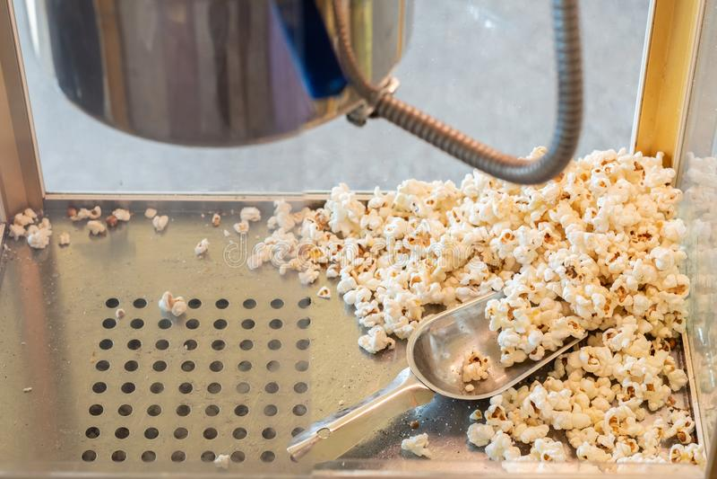 Popcorn in een doosmachine royalty-vrije stock fotografie
