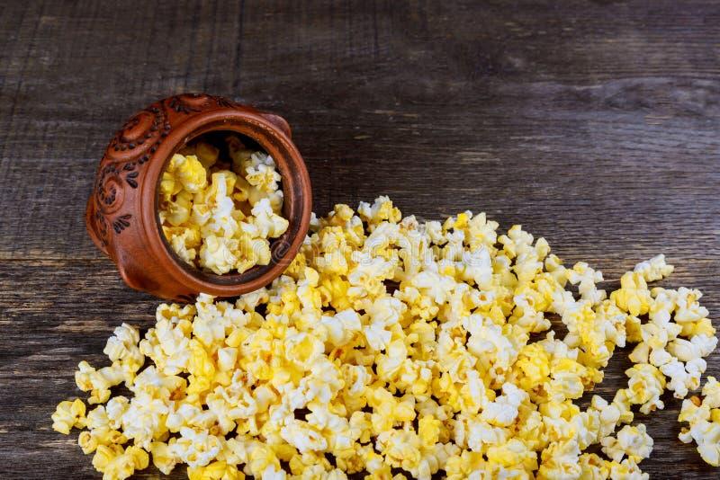 popcorn in een houten kom op de achtergrond stock foto's