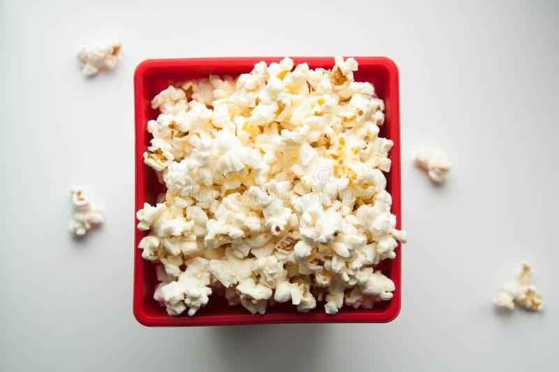 Popcorn in een rode container stock afbeeldingen