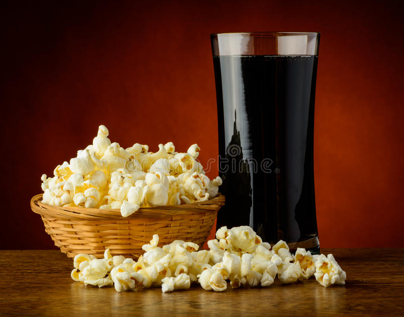 Popcorn en koladrank stock afbeeldingen