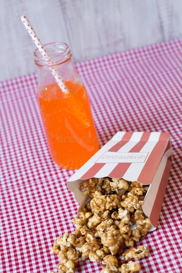 Popcorn en Oranje Frisdrank stock fotografie