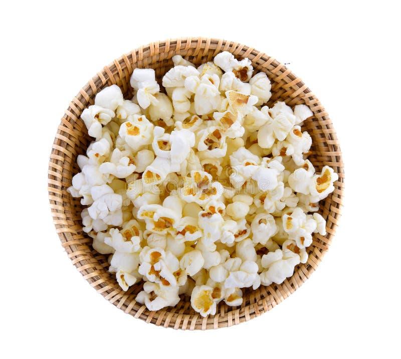 Popcorn in geïsoleerde mand stock afbeelding