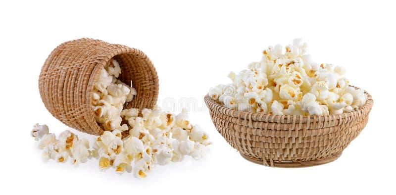 Popcorn in geïsoleerde mand royalty-vrije stock afbeeldingen