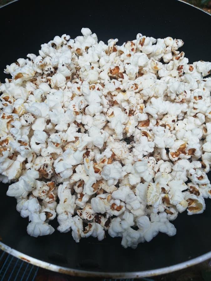 Popcorn homenade met pansuikerzout stock fotografie