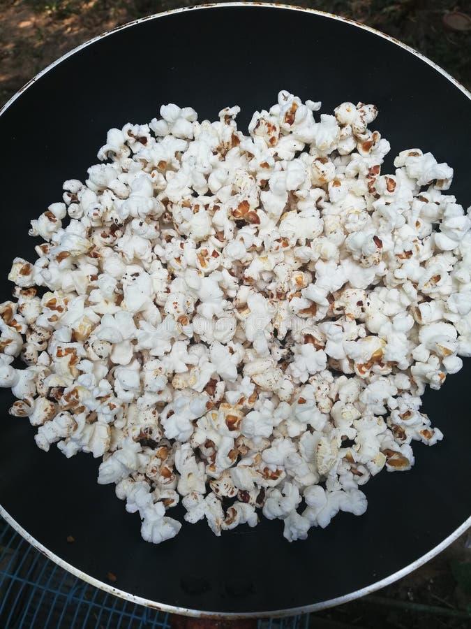 Popcorn homenade met pansuikerzout royalty-vrije stock fotografie
