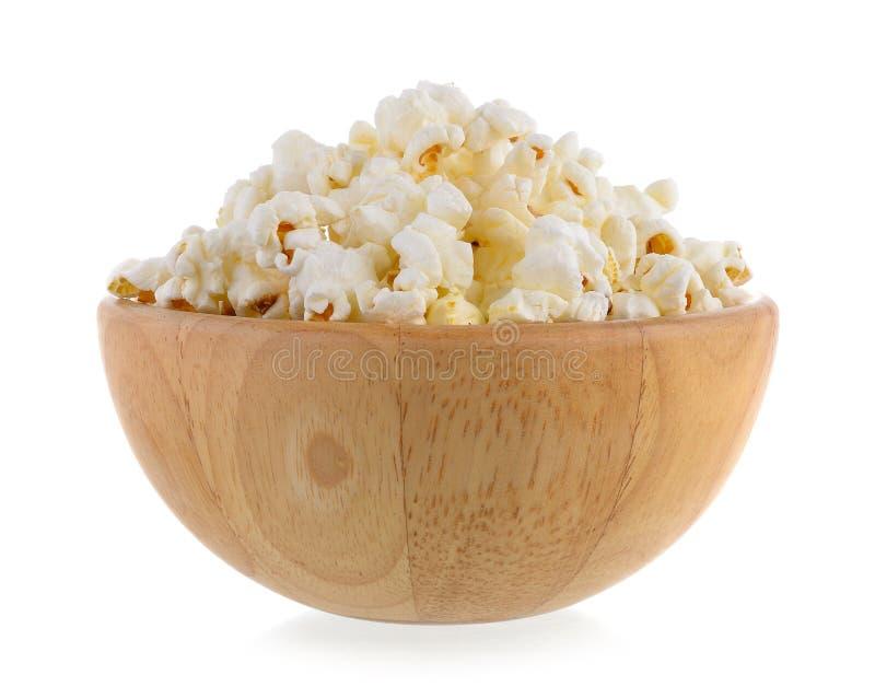 Popcorn in houten geïsoleerde kom royalty-vrije stock afbeelding