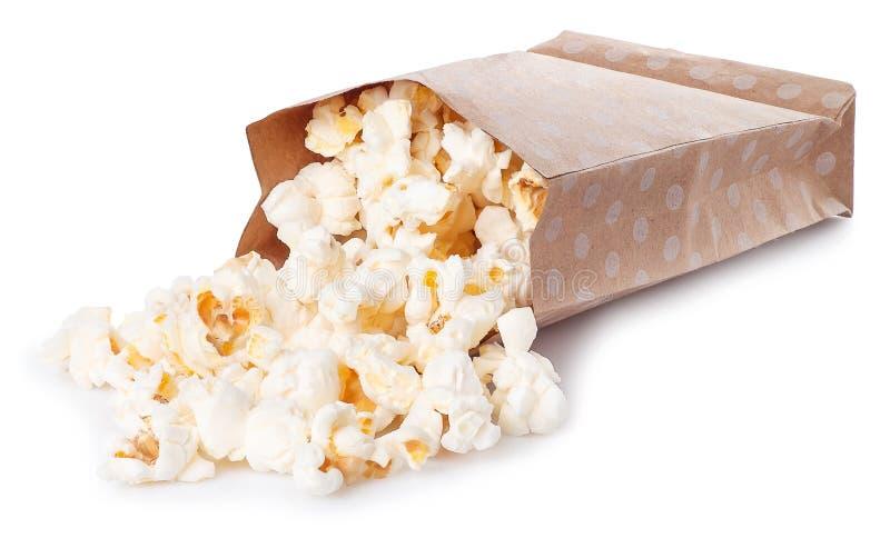 Popcorn i den pappers- påsen som isoleras på vit bakgrund royaltyfri foto