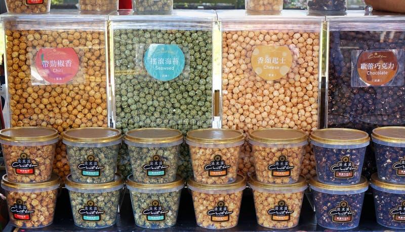 Popcorn i en variation av anstrykningar royaltyfria foton