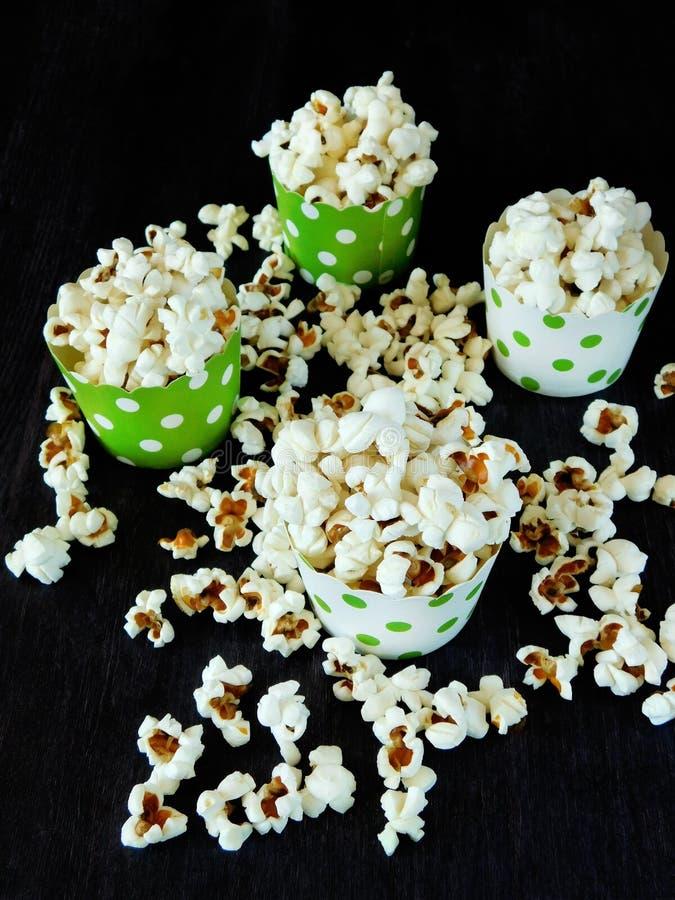 Popcorn i färgglade blandade pappers- koppar royaltyfri fotografi