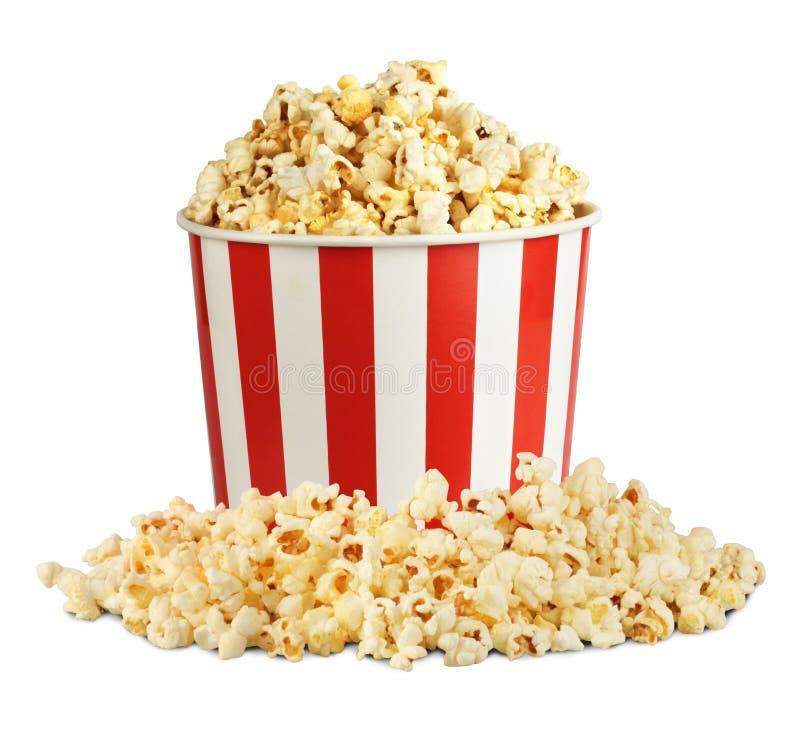 Popcorn im Kasten mit der Pille lokalisiert auf Weiß lizenzfreies stockbild