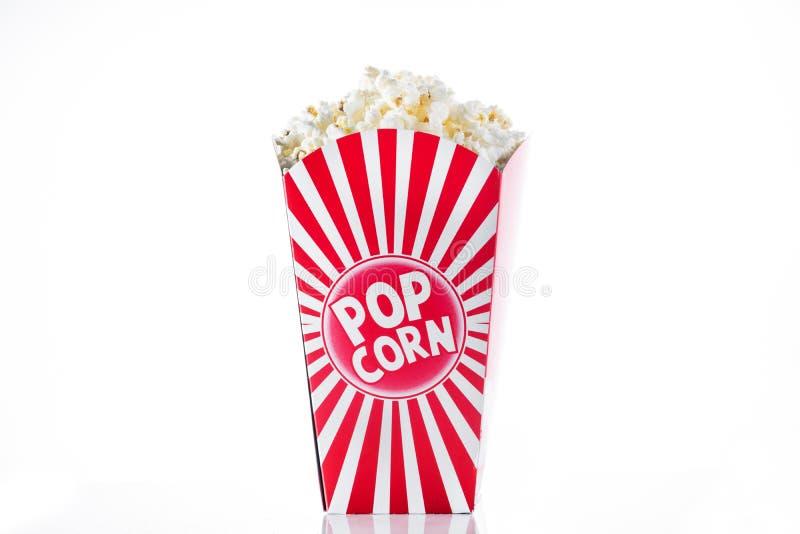 Popcorn inom förpacka gjorde randig isolerat fotografering för bildbyråer