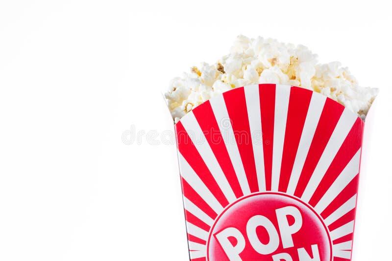 Popcorn inom förpacka gjorde randig isolerat arkivfoton