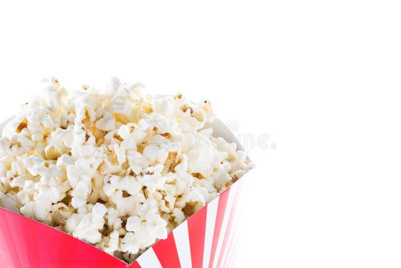 Popcorn inom förpacka gjorde randig isolerat Copyspace arkivbilder