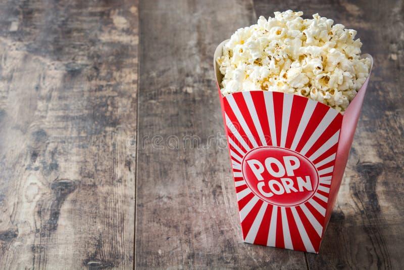 Popcorn inom förpacka som göras randig på trä arkivfoto
