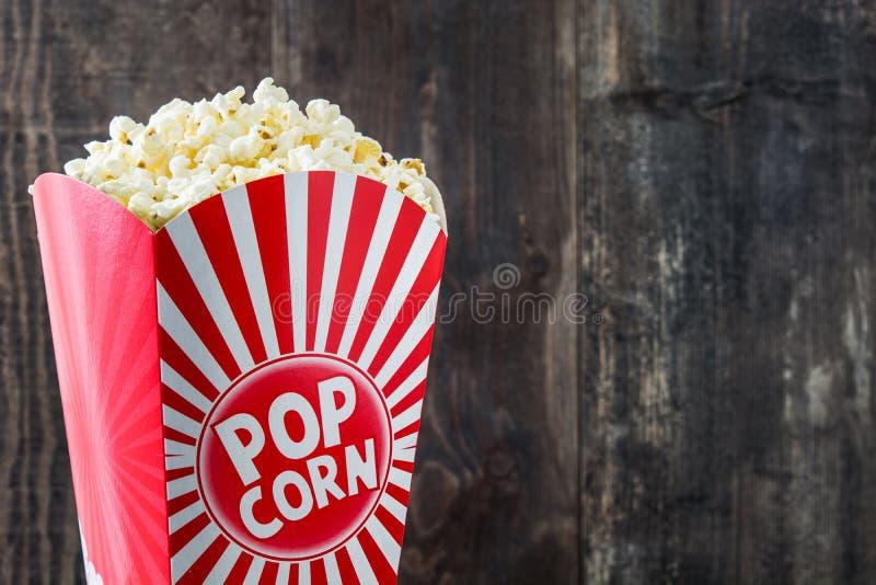 Popcorn inom förpacka som göras randig på trä royaltyfri fotografi
