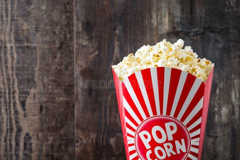 Popcorn inom förpacka som göras randig på trä Copyspace royaltyfri fotografi