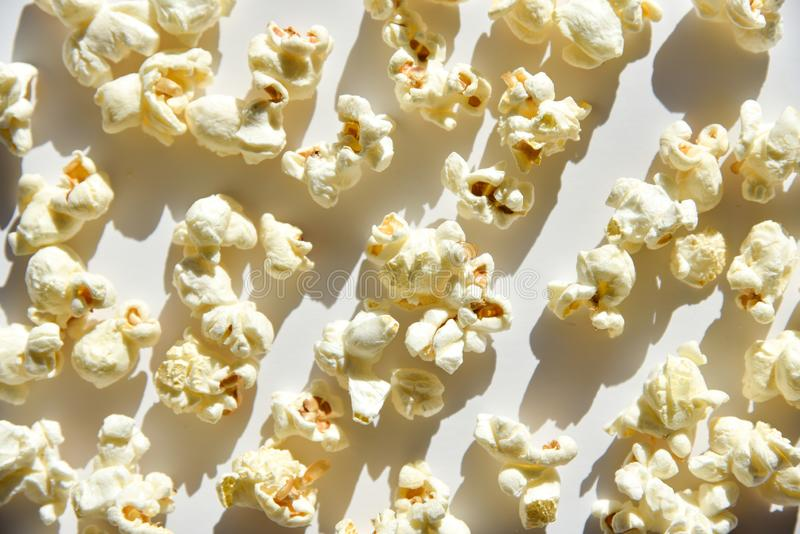 Popcorn isolato su fondo bianco fotografia stock libera da diritti