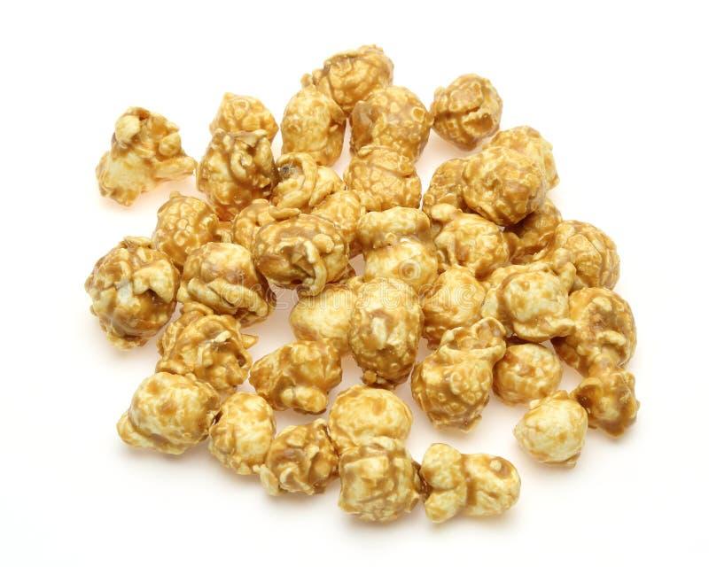 Popcorn met karamelstroop die wordt gecombineerd stock fotografie