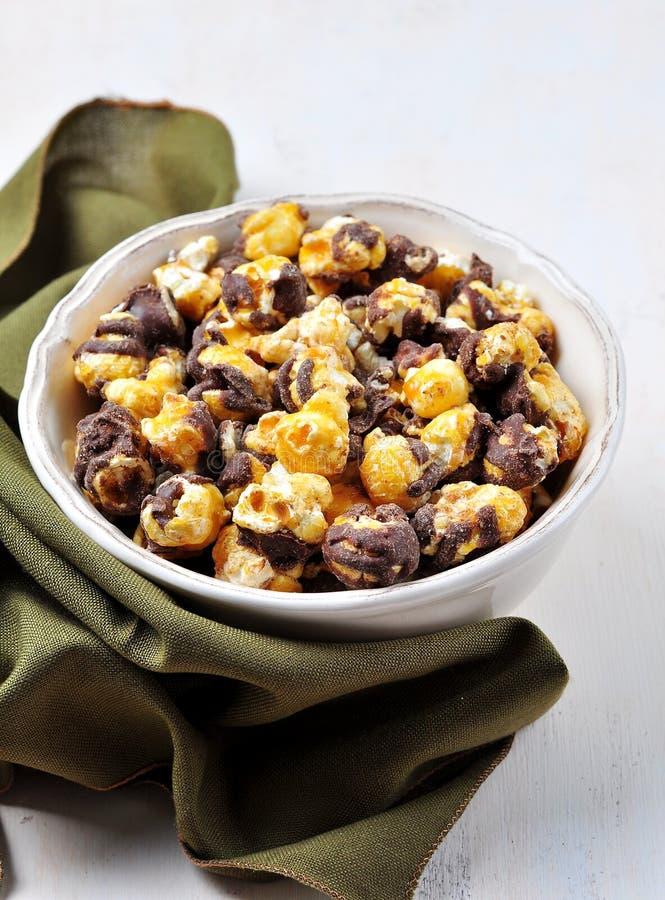 Popcorn mit Honig und Schokolade stockfoto