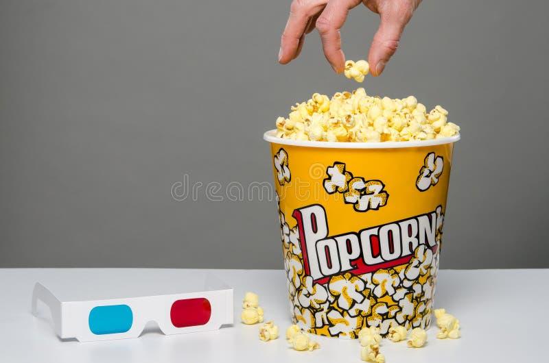 Popcorn mit Kernen und Gläsern 3d stockbilder