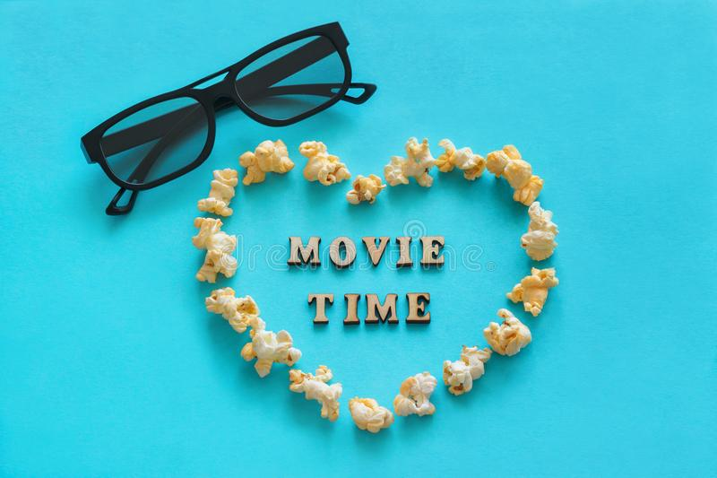 Popcorn nel cuore di forma, 3D vetri, il testo immagini stock