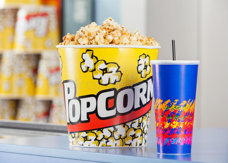 Popcorn och drink på medgivandeställning fotografering för bildbyråer