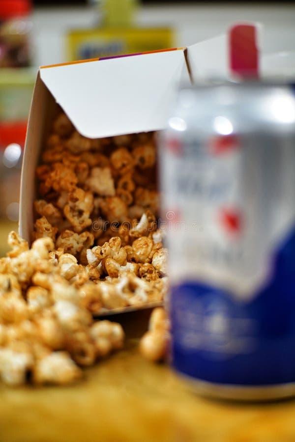 Popcorn och ?l royaltyfri bild
