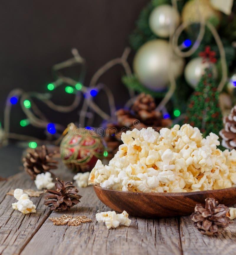 Popcorn op de achtergrond van Kerstmis en Nieuwjaar` s decoratie, selectieve nadruk stock fotografie