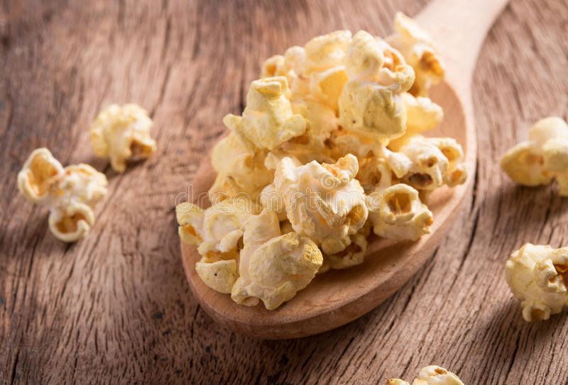Popcorn op houten lijst stock foto's
