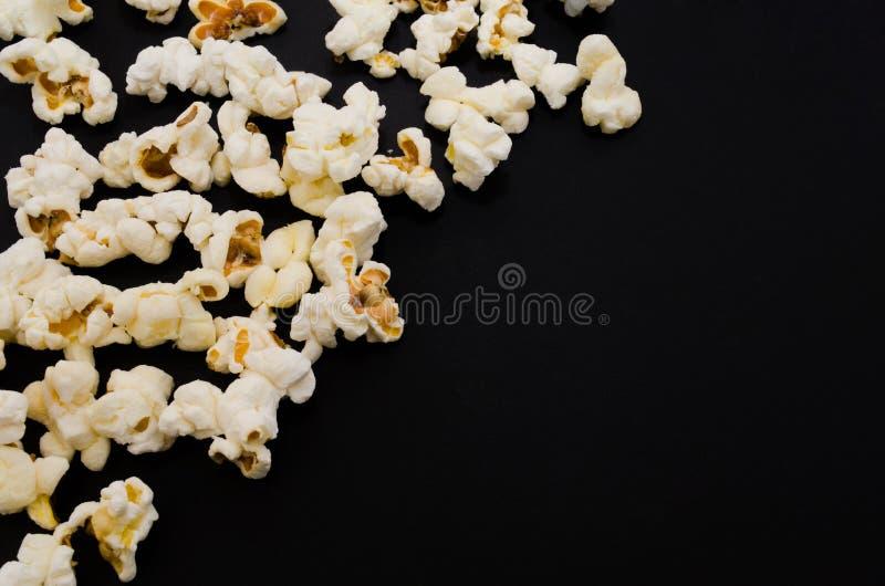 Popcorn op zwarte achtergrond stock afbeeldingen