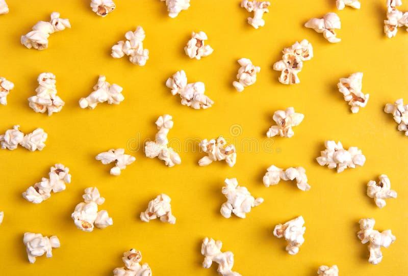 Popcorn på en gul bakgrund royaltyfri bild